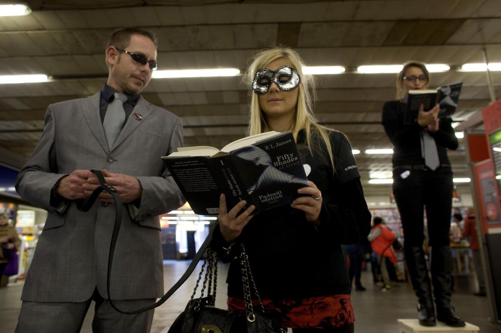 Kampaň k uvedení knížky Padesát odstínu šedi na český trh.